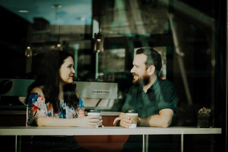 دو نفر در حال صحبت در کافه