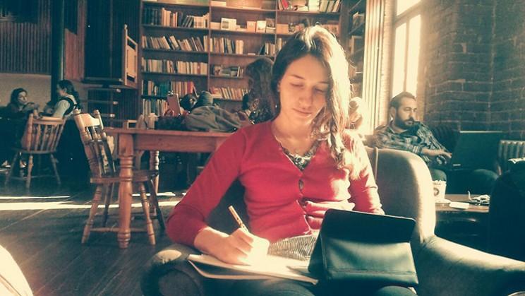 موژان در حال نوشتن در کافه