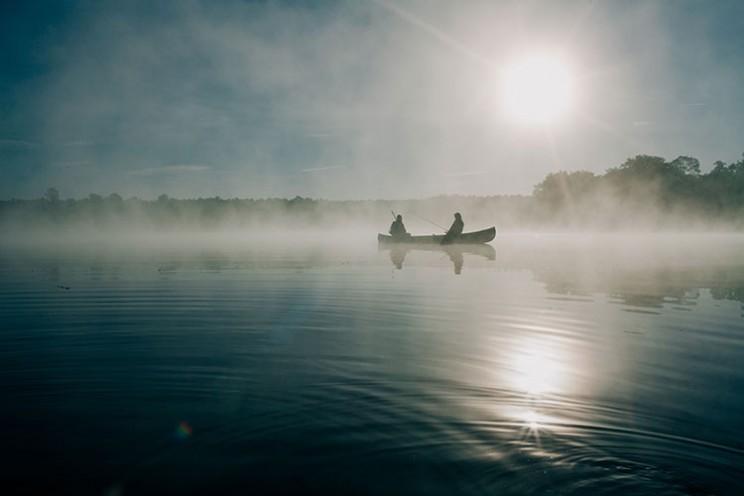 دو مرد برروی قایق پارویی