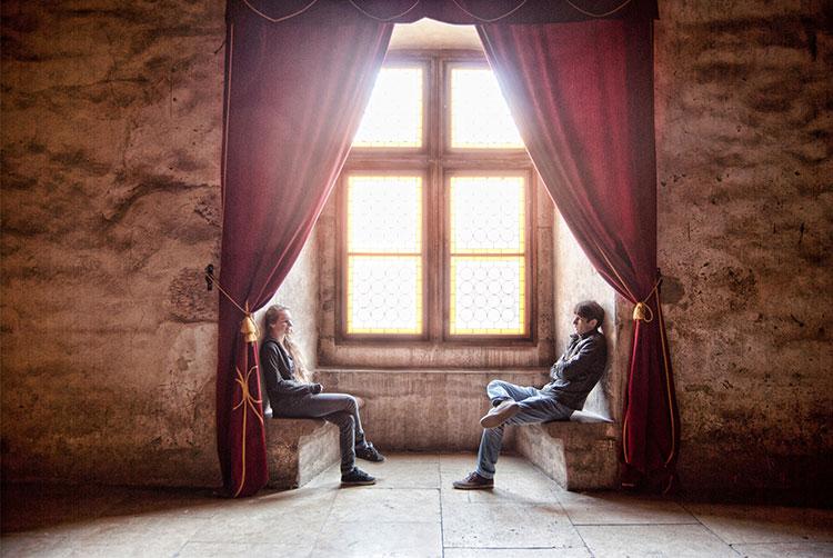 دو نفر در حال گفتوگو