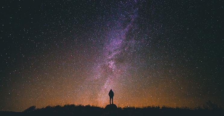 مردی در تنهایی آسمان نیمه شب