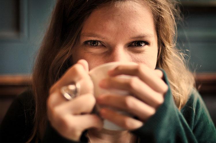 دختر آرام با قهوه