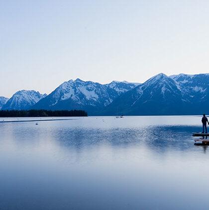 دو نفر ایستاده کنار آب