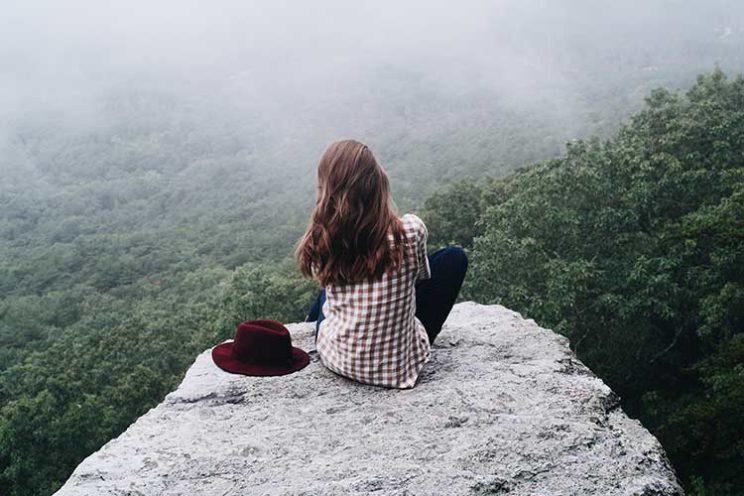 دختر تنها روی صخره