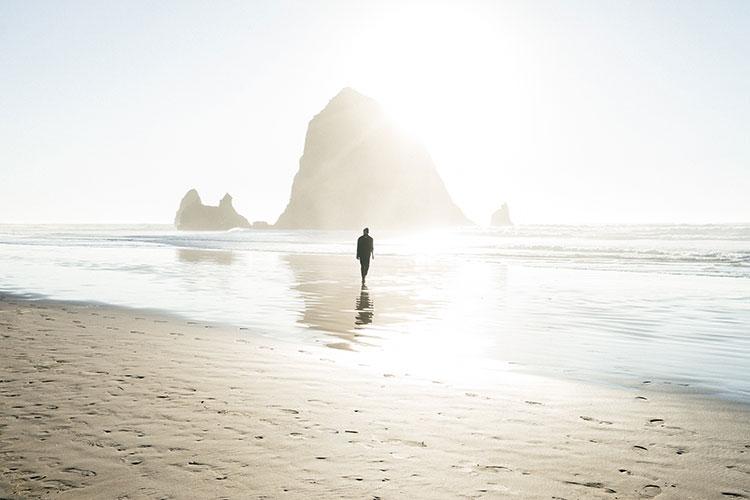 پیاده روی تنها در ساحل