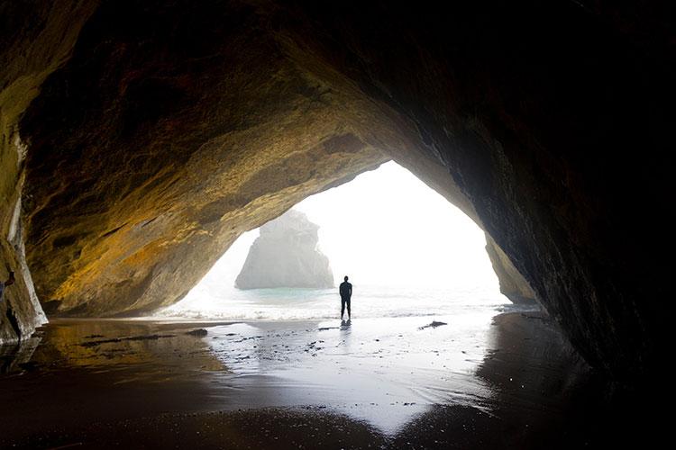 مردی ایستاده در غار