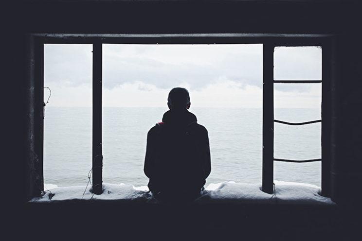 مردی میان پنجره