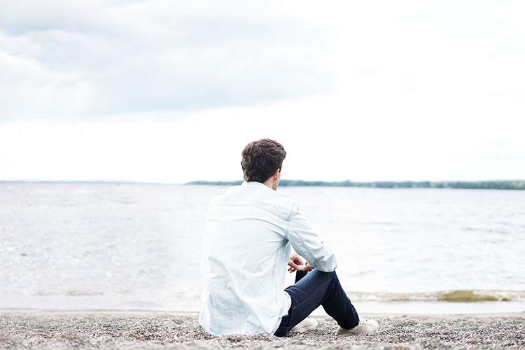 مردی در ساحل