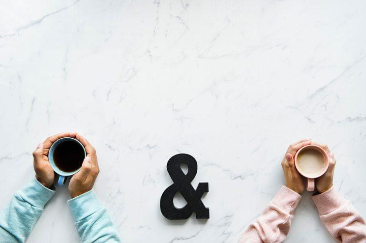 دو نفر قهوه به دست