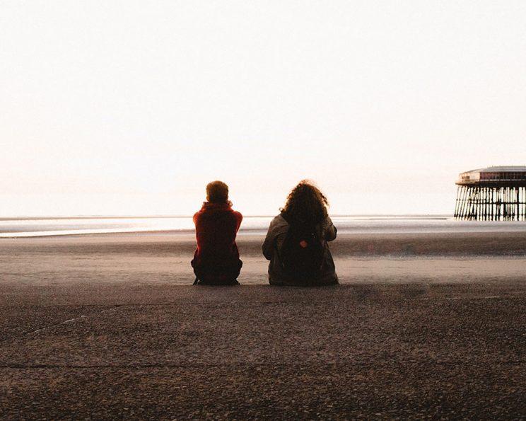 دو دوست در ساحل