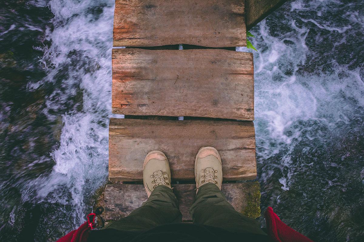 ایستاده روی پل چوبی