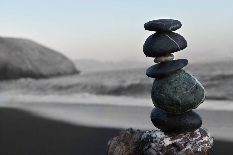 چیدمان سنگها روی هم